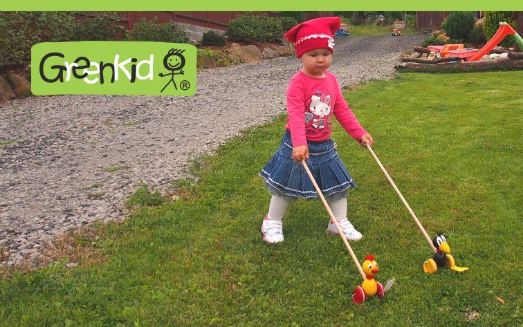 Dřevěné plácající hračky značky GREENKID. Vyrábí ABAfactory. Kvalitní a bezpečné hračky - strkadla, plácačky.