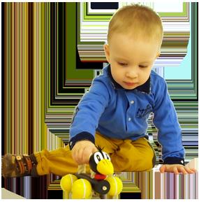 Tahací a posuvná dřevěná hračka Greenkid. Dřevěný havran s lanem na kolečkách pro kluky i holky od českého výrobce dřevěných hraček Abafactory.