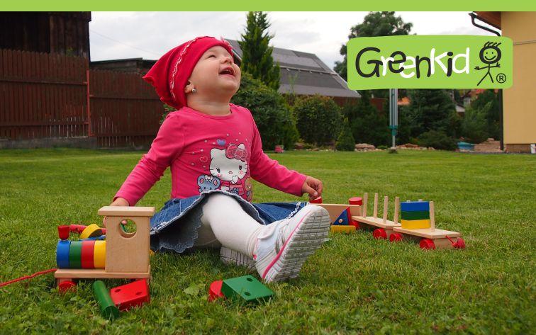 Dřevěná tahací hračka Greenkid. Dřevěný vlak a barevné kostky pro radost dětí od českého výrobce Abafactory.